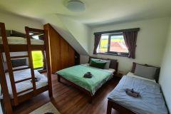 5-posteľová-spálňa-na-chate