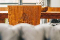 Detail-na-stolicku-v-jedalni-chata-Woodpark