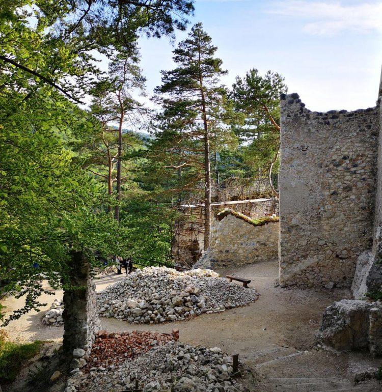 Nádvorie Blatnického hradu