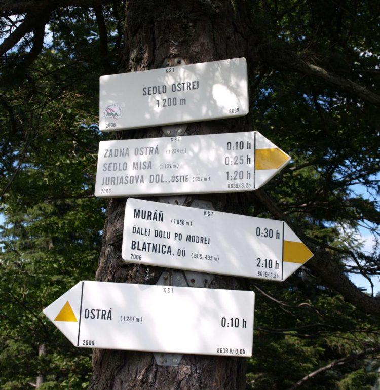 Turistická informačná tabuľa pri Ostrej