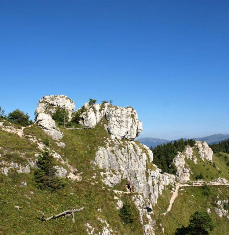 Skalnaté vrchy pri chodníku k Ostrej