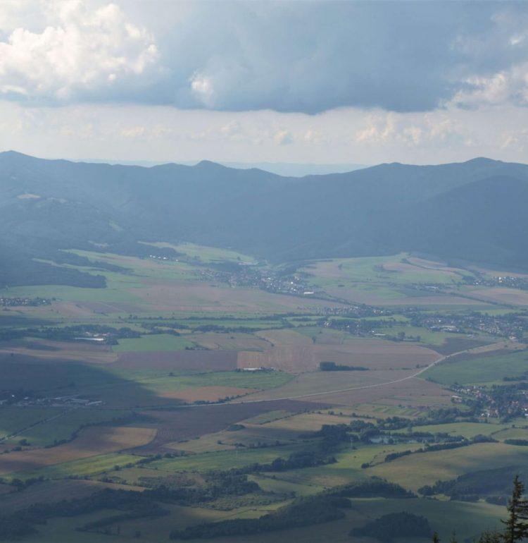 Výhľad na Valčiansku dolinu a obec Válča