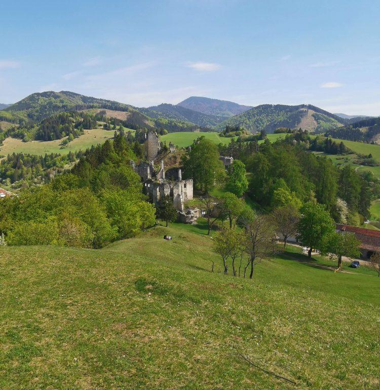 Veľká Fatra a hrad Sklabiňa