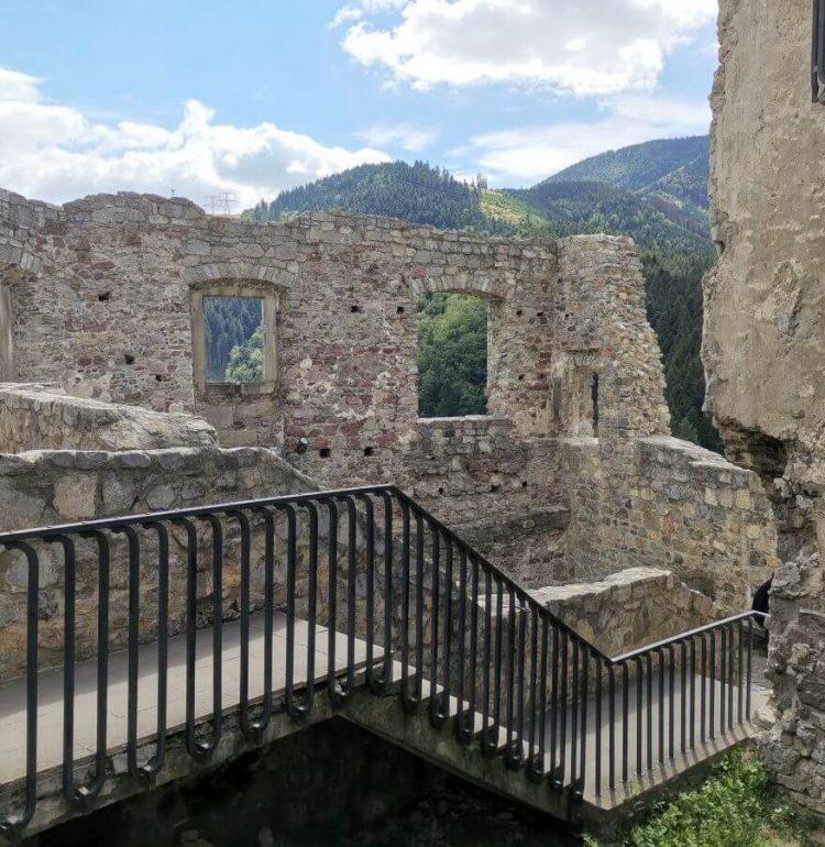 Hradné múry hradu Strečno