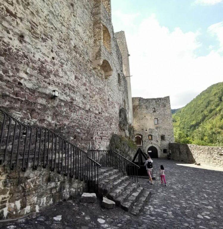 Nádvorie hradu Strečno