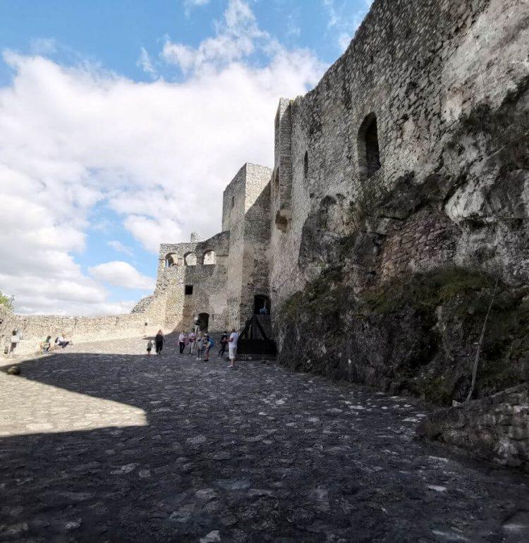 Vstupné nádvorie hradu Strečno
